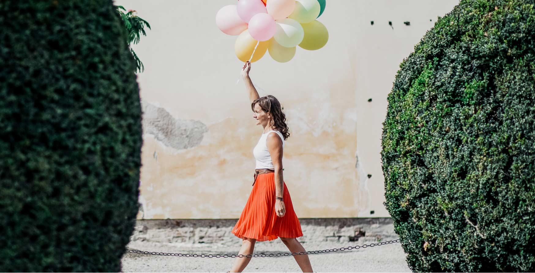 11Nancy geht mit Luftballons in der Hand